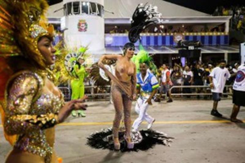 Destaque resga a fantasia por não poder usar tapa sexo em homenagem a Dilma