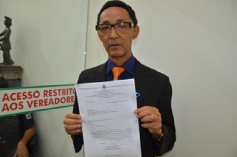 Edvaldo Lima com o oficio da Policia Civil informando dados sobre mortes de homossexuais em Feira de Santana