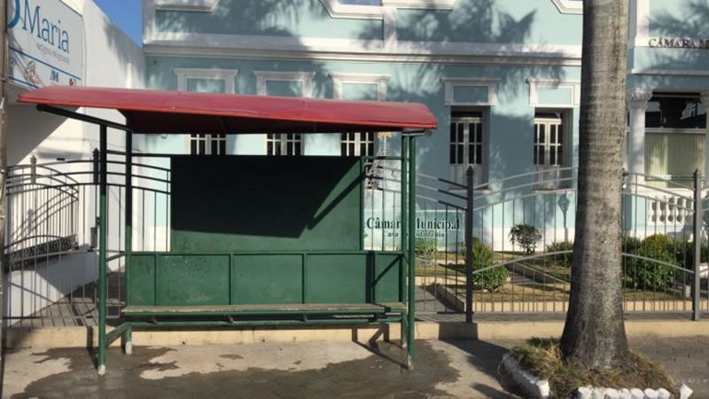 Prefeitura implanta ponto de ônibus em frente a Câmara Municipal, fechando a calçada / Foto Erivaldo Cabaceira