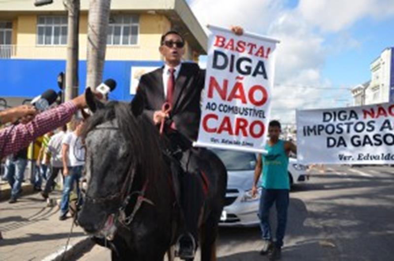 Edvaldo Lima montado no cavalo